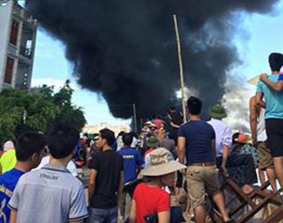 Nổ tàu dầu: Nhiều người bị hất tung trong biển lửa
