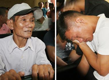 Ngậm ngùi cha già rời giường bệnh tới dự phiên tòa xử con bán độ