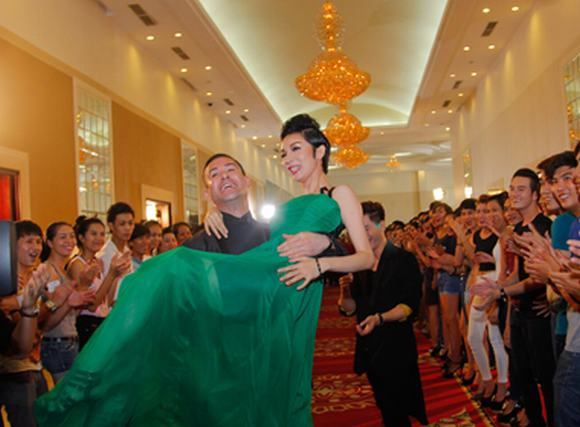 Vietnam's next top model 2014: Adam Williams bất ngờ bế bổng Xuân Lan