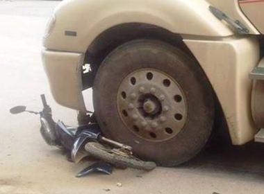 Bị cuốn vào gầm ô tô, trưởng thôn tử vong tại chỗ