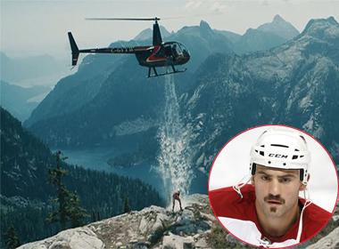 Cầu thủ khúc côn cầu đứng trên núi băng và dội nước đá bằng trực thăng