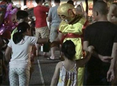 Hàng trăm người dân Hà Nội bị chú Tễu 'xỏ mũi' ở Bờ Hồ