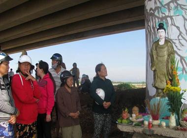 Người dân đổ xô đi xem tượng phật được vớt từ biển