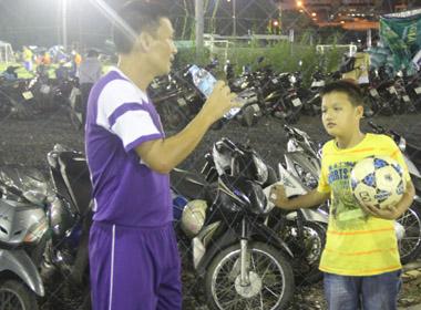 Cựu danh thủ Quang Hà truyền tình yêu bóng đá cho con trong chiều mưa