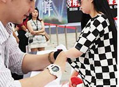 Clip cô gái lột áo lót giữa hội chợ kiểm chứng hàng hiệu