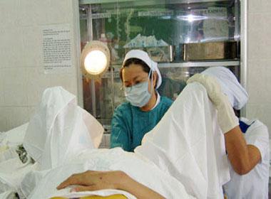 Nữ sinh 15-16 tuổi vác bụng đi phá thai