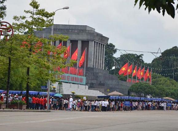 Hàng vạn người viếng Lăng Bác ngày Quốc khánh