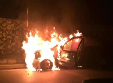 Xế hộp Lexus bất ngờ bốc cháy dữ dội khi đang chạy