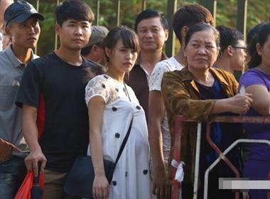 Bà bầu 8 tháng trốn mẹ chồng đi mua vé U19 Việt Nam từ 3h sáng