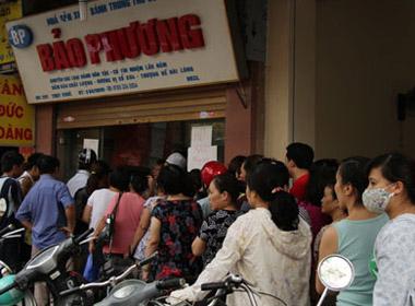 'Chiêu bài' bán bánh trung thu Bảo Phương khiến người mua phải xếp hàng dài