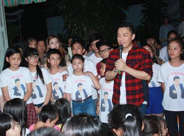 Giọng hát Việt nhí: Thí sinh đội Lam Trường đi từ thiện trong đêm