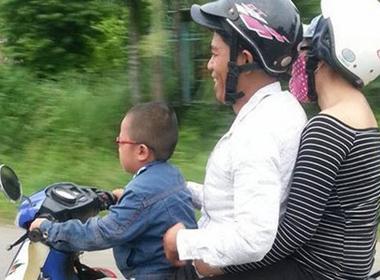 Bé trai 5 tuổi chở người lớn bằng xe máy gây xôn xao