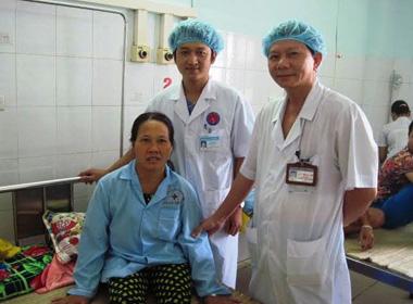 Bác sĩ bất ngờ khi mổ khối u ngực chứa tóc, xương, móng tay