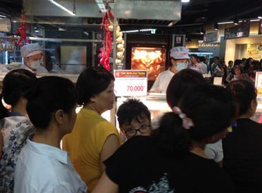 Chen lấn, xếp hàng cả giờ đồng hồ mua 'đặc sản' gà thải loại