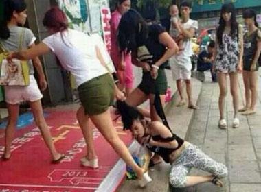 Thiếu nữ bị đánh đập dã man giữa trung tâm mua sắm