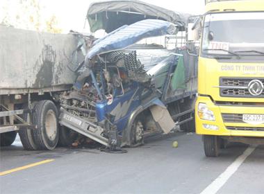 Phụ xe tử vong khi xe tải đâm xe tải kéo rơ moóc biển Lào tại Nghệ An