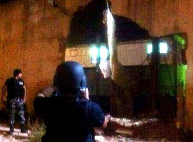 Xe tải đâm thủng tường giải thoát 36 tù nhân