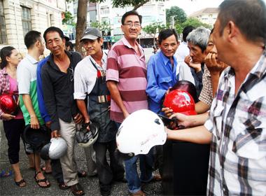 Xếp hàng đổi mũ bảo hiểm miễn phí ở Sài Gòn