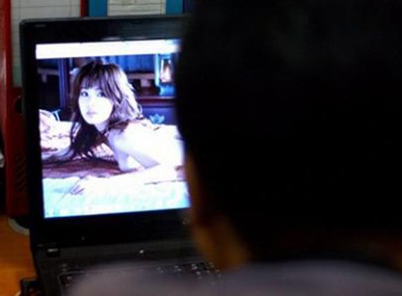 Côn đồ bắt quán internet mở phim 'người lớn' nơi công cộng