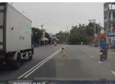 Em bé suýt chết vì liều mạng chạy băng qua đường cắt mặt xe tải