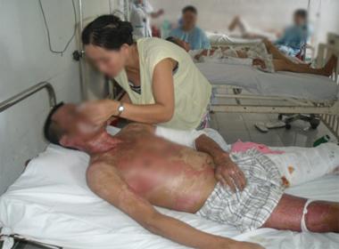 Con gái có 94 nghìn đồng bế cha lở loét vào bệnh viên xin cứu mạng
