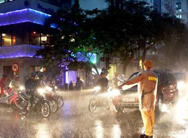 Lực lượng CSGT căng mình trong đêm mưa bão