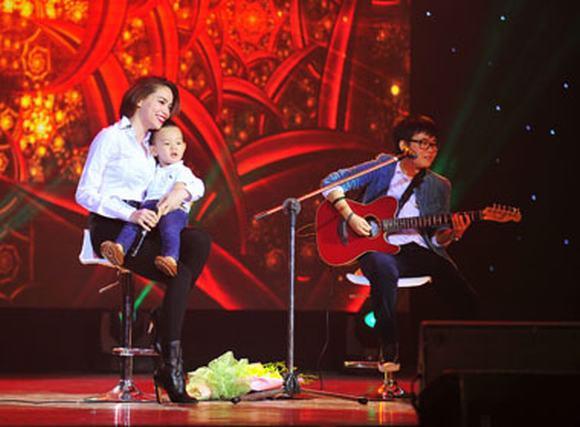Hồ Ngọc Hà ôm fan nhí 'cực yêu' bùng nổ trên sân khấu