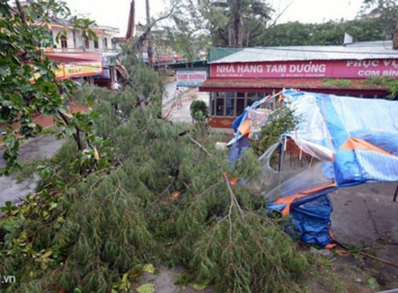 TRỰC TIẾP: Cảnh ngổn ngang nơi bão Kalmaegi quét qua