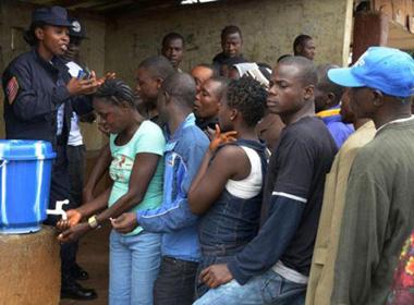 Đại dịch Ebola có thể kéo dài hơn 1 năm nữa