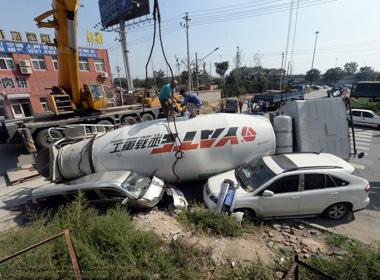 Sụt hố, xe chở bê tông đổ đè bẹp 2 xe hơi