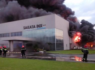 Cháy khủng khiếp, hàng trăm thùng hóa chất nổ tung