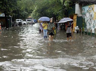 Hà Nội ngập, dân bì bõm lội nước giờ đi làm