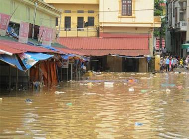 Người dân TP Lạng Sơn hối hả chạy lụt sau bão