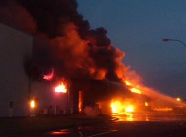 Cháy lớn khiến toàn bộ công ty Sakata Inx bị thiêu rụi, 400 công nhân mất việc