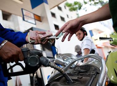 Giảm giá dầu từ 15h, xăng giữ nguyên