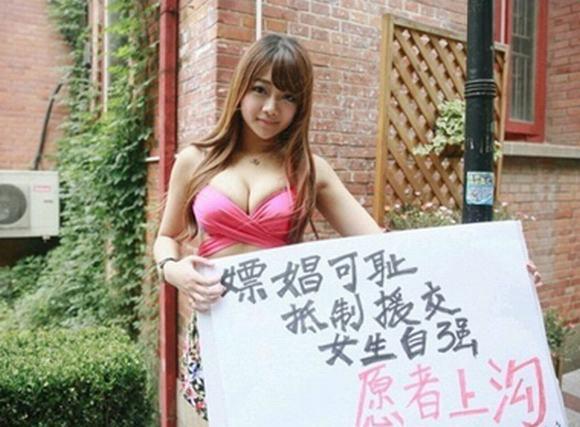 Thiếu nữ hở bạo 'o ép' vòng 1 biểu tình phản đối nạn mại dâm