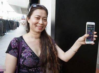 Người Việt hào hứng thâu đêm xếp hàng mua iPhone 6 tại Singapore
