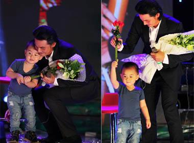 'Lộ diện' con trai Quách Ngọc Ngoan theo bố lên sân khấu 'Vua Biển'