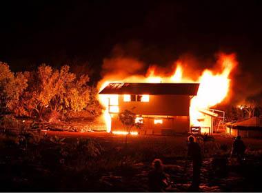 Bà vợ hung dữ đốt nhà người cho chồng hết chỗ 'ngủ lang'