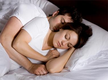 Đàn ông chung thủy thường ôm vợ khi đi ngủ