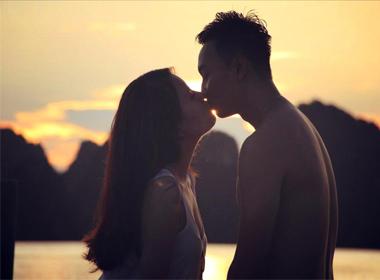 MC Thành Trung và bạn gái trao nhau nụ hôn lãng mạn trên biển