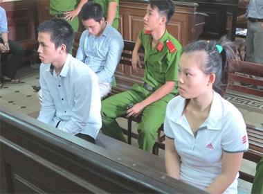 Định tội 'bà mối' xúi hai đứa trẻ con 'yêu' trước mặt mình