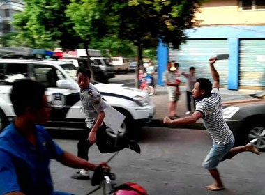 Rượt đuổi chém cảnh sát giữa phố như phim hành động