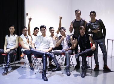 Việt Nam Next Top Model 2014: Thí sinh nam diện áo xuyên thấu chụp ảnh poster
