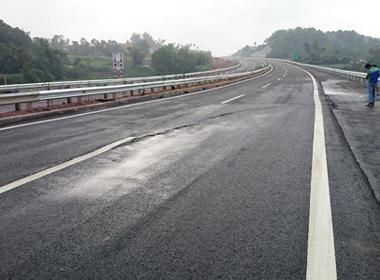 Cao tốc Nội Bài - Lào Cai vừa thông xe đã nứt vì lý do gì?