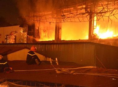 Video cận cảnh hiện trường cháy bar Luxury tại Hà Nội