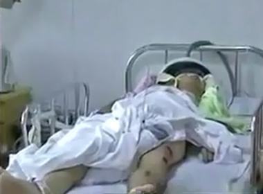 Quay lén nữ sinh viên tắm, giảng viên bị đánh trọng thương