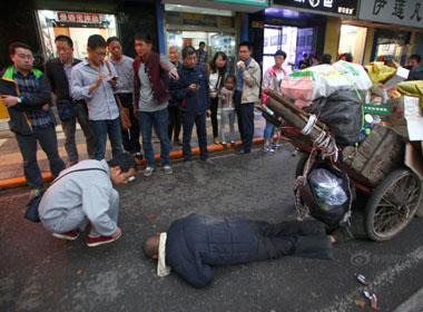 Đói ăn mấy ngày liền, người già nhặt rác ngất trên đường phố