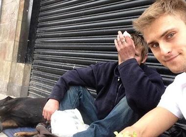 Chàng trai trẻ giúp đỡ người vô gia cư khiến dân mạng xúc động