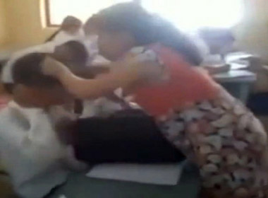 Cô giáo mang bầu tát học sinh giữa lớp bị đình chỉ giảng dạy